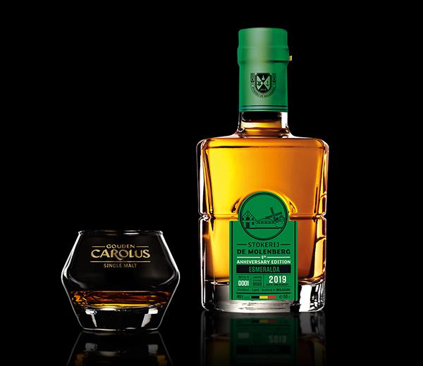 Esmeralda (2019) Whisky Stokerij De Molenberg met glas