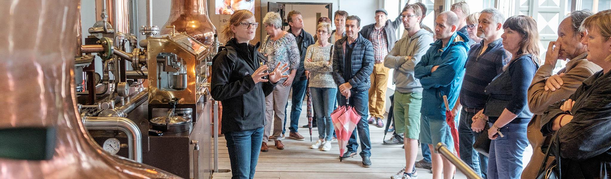 Stokerijbezoek met gids en bezoekers - Stokerij De Molenberg